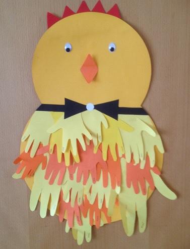 En stolt kyckling av händer och med fluga