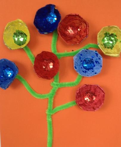 vackra blommor av äggkartong på grön kvist