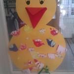 Stor kyckling med många händer som fjädrar