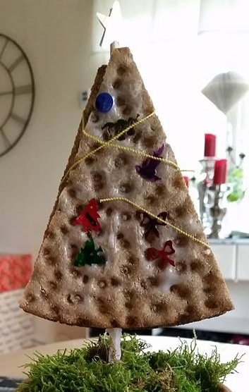Julblomma av trekantigt knäckebröd
