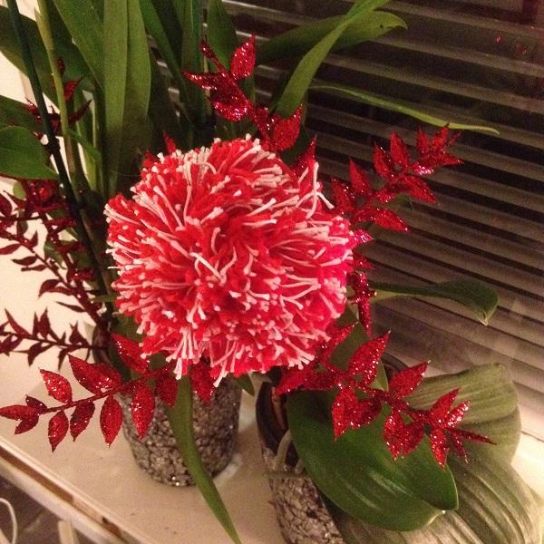 Blommor är inte alltid färska eller gjorda av tyg. Denna blomma är gjord av garn.