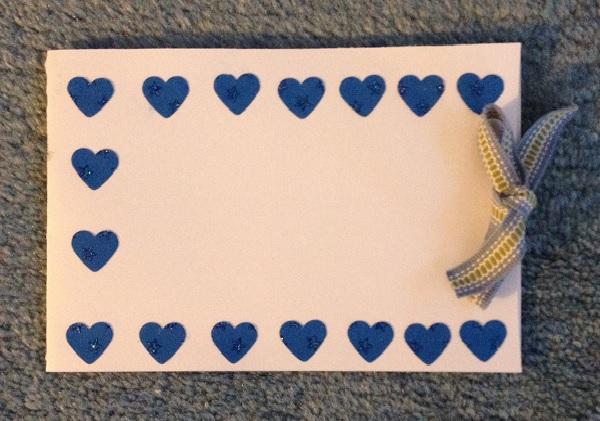 Ett dubbelvikt kort med blå hjärtan till Alla hjärtans dag eller som ett vanligt presentkort