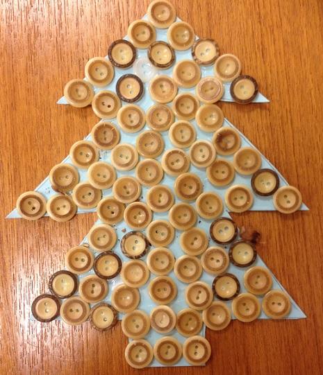 Ett julkort med en julgran som är helt fylld med knappar