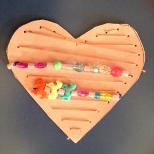 Trådar med pärlor har sytts fast på hjärtat
