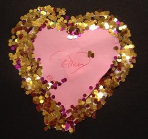 Ett guldkantat hjärta på svart kort, så lyxigt och vackert