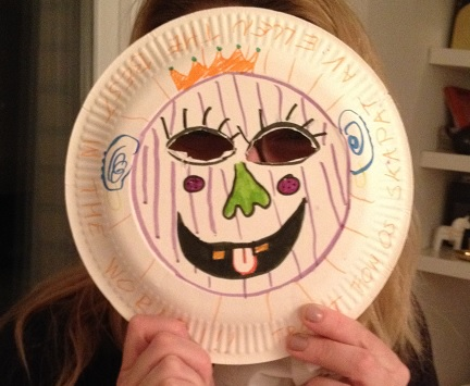 En ansiktsmask av papptallrik