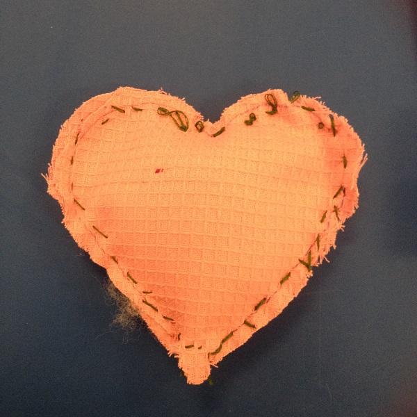 Ett hjärta sytt i våffeltyg och stoppat med vadd