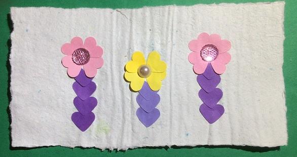 Tre blommor av utstansade hjjärtan