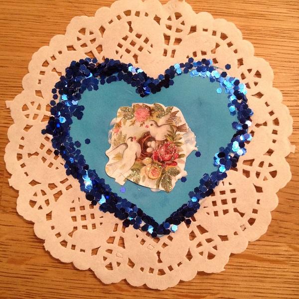 Ett vackert dekorerat hjärta på ett kakunderlägg