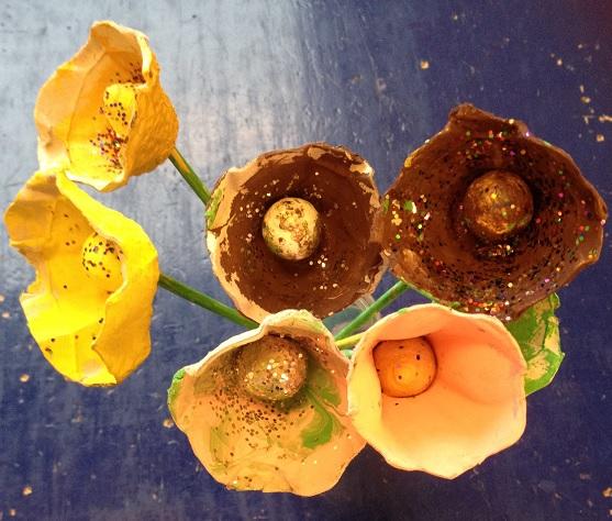 Närbild på vårblommor av äggkarong