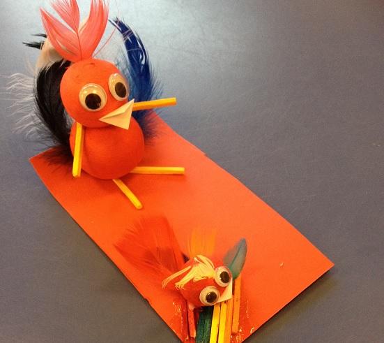En höna och en kyckling gjorda av flörtkulor