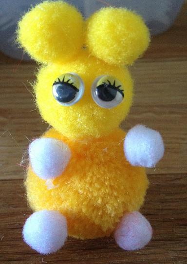 en kanin gjord av pompoms