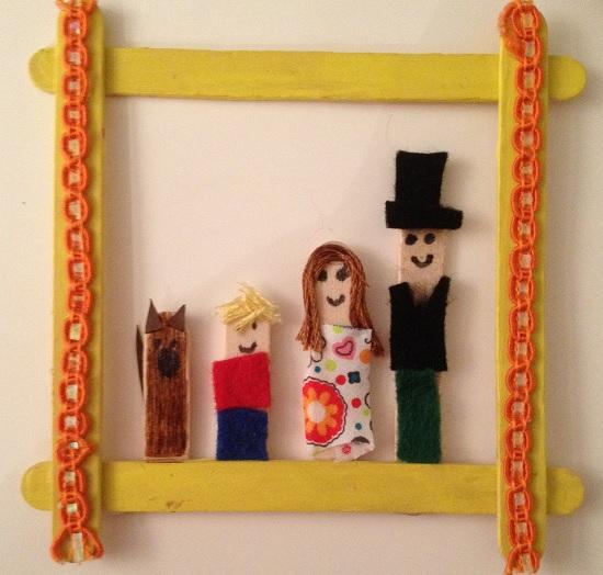 En ram av glasspinnar och motiv av en familj inuti