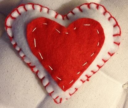 Ett hjärta av filttyg att ge bort på Alla hjärtans dag