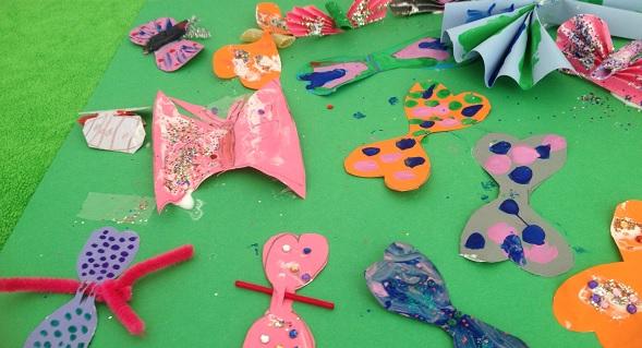 massor av fjärilar gjorda av papper