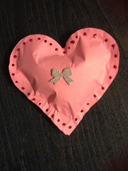 ett hjärta av papper med vadd inuti