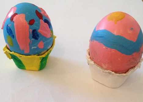 Målade ägg i äggkartong