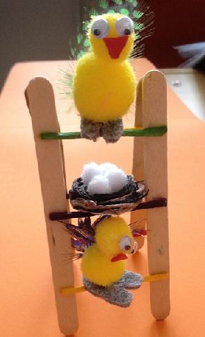 Kycklingar på stege av glasspinnar