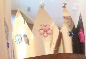 Hårt silverpapper med stenar blir en tjusig krona eller krans