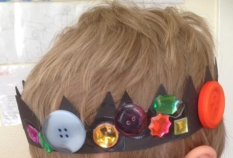 Den här prinsen har fått en krona med både knappar och blänkande kristaller