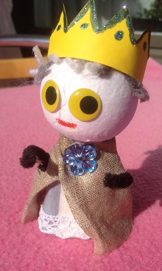 Kungen är gjord av en äggkartong och en flirtkula