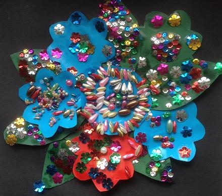 Massor av pärlor och paljetter bildar en fin blomma