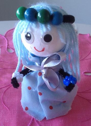 Vi gör en docka av en flirtkula och en äggkartong