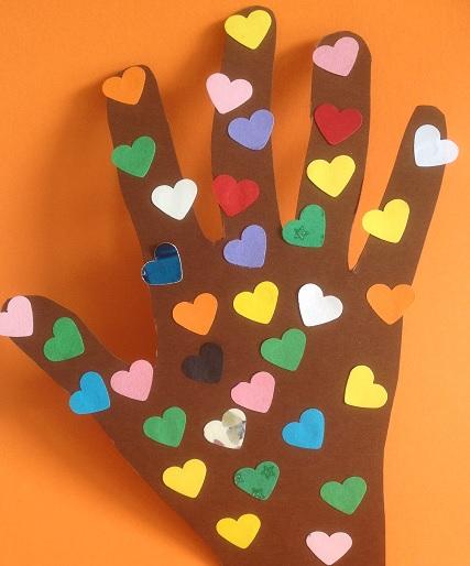 rita av din hand och fäst på hjärtan