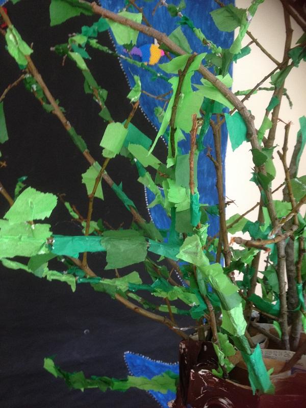 silkespapperslöv på torra kvistar och grenar blev ett fint träd