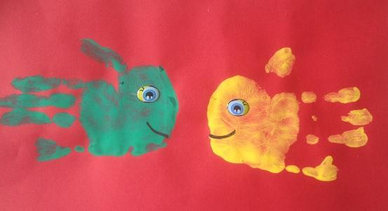 två fiskar av barnbarnets händer