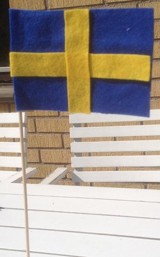 flagga i filttyg med gula kors på båda sidor
