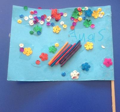 En fantasiflagga med paljetter och stickor
