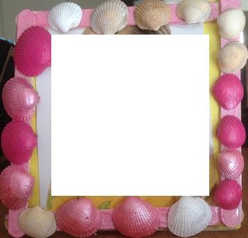 ram av glasspinnar dekorerad med snäckor