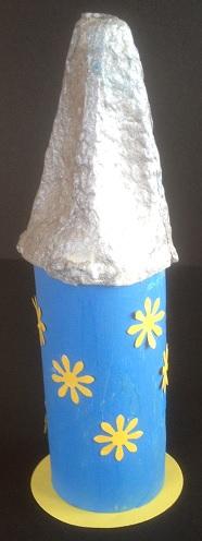 Raketen av toapapper har en spets av en äggkartong