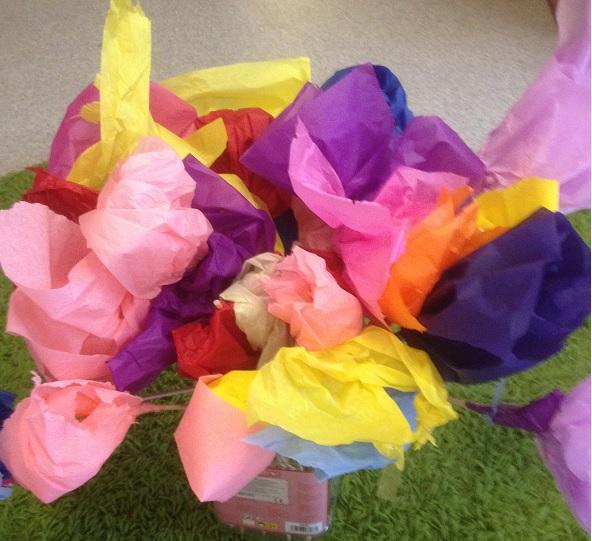 blommor av silkespapper på blompinne