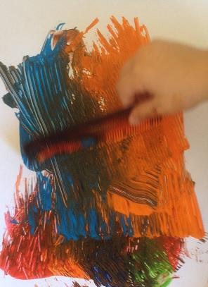 Måla med kam och färgklickar