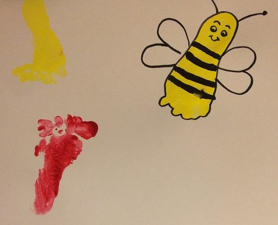 Måla av ditt barns fot och tryck på ett papper
