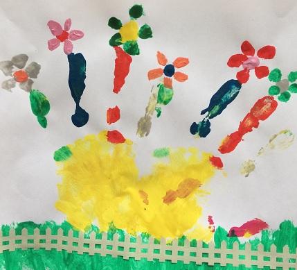 Handavtryck i olika färger blir blomsteräng