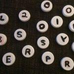 Mjölkkorkar som bokstäver