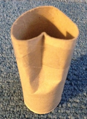 Gör hjärtan av en toarulle. Vik rullen och tejpa. Doppa sedan rullen i färg och gör avtryck på ett papper.