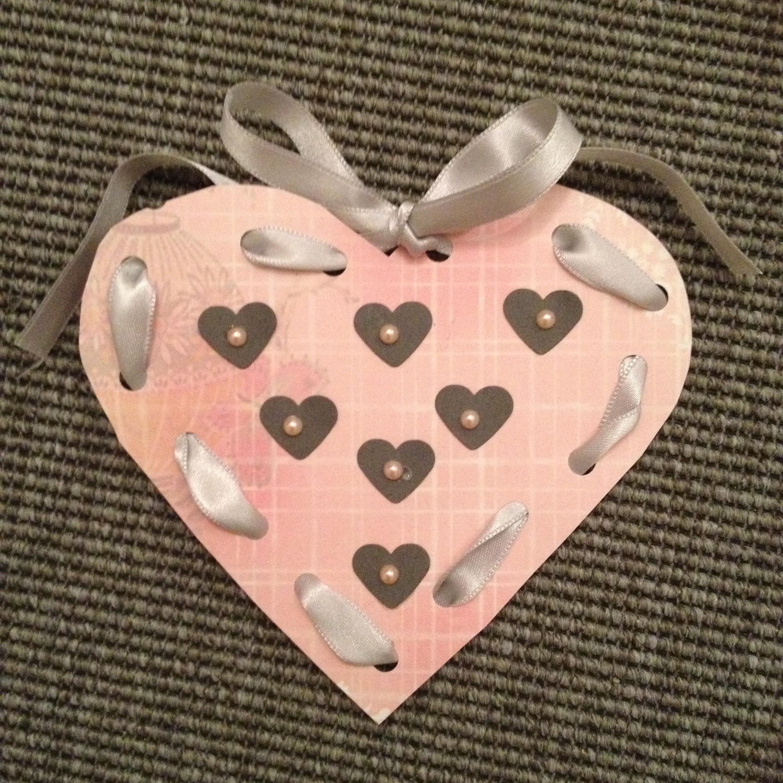 Använd en stans med ett hjärta på och dekorera ett kort till Alla hjärtans dag med. Sy med raksöm istället för att trä bandet runt hålen