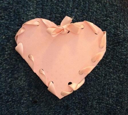 Gör egna presentkort till Alla hjärtans dag med hjälp av papper och fina band
