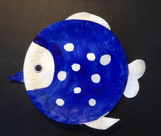 Vi har målat en fisk på en papptallrik