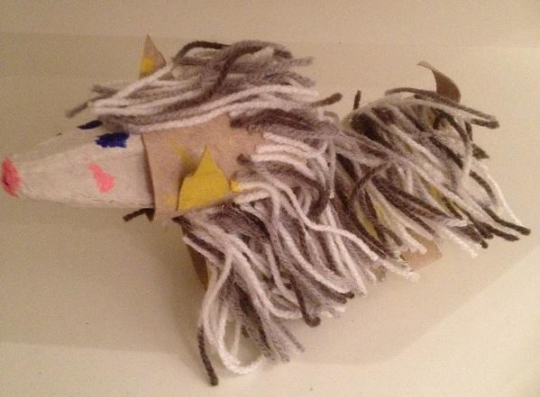 Hund av toarulle och päls av garn