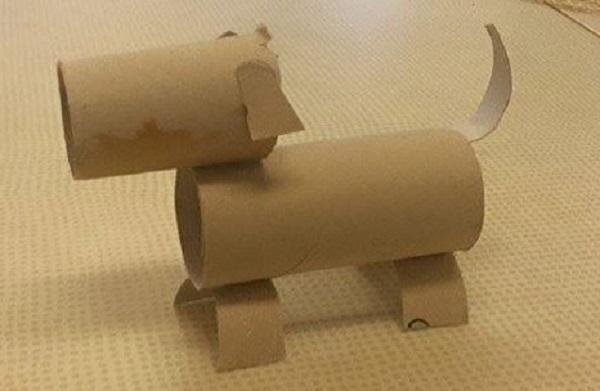 så här fin blev hunden som är gjord av två toarullar