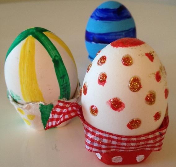 Målade ägg i koppar av äggkartong
