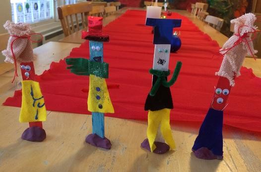 Julfigurer gjorda av endast en glasspinne