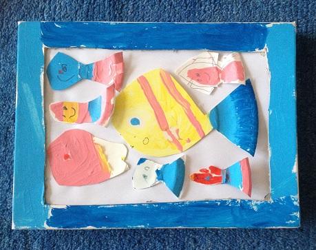 fiskar gjorda av papptallrikar i en tavla