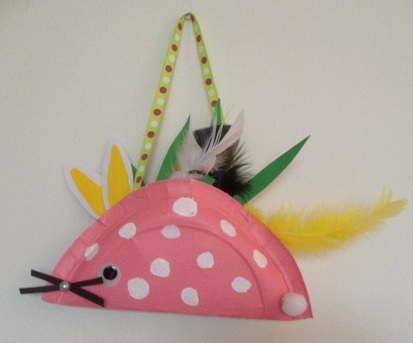 Vik en papptallrik och dekorera den med fjädrar så har du ett fint påskpaket